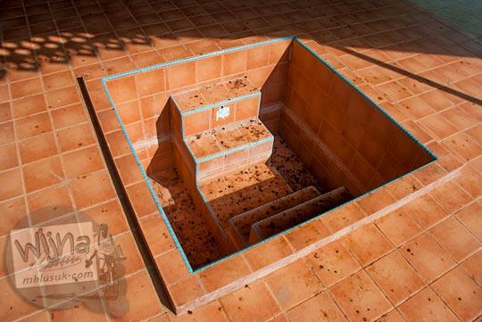 Tempat cuci kaki bertangga peninggalan sejarah Istana Damnah Kesultanan Lingga tahun 2016