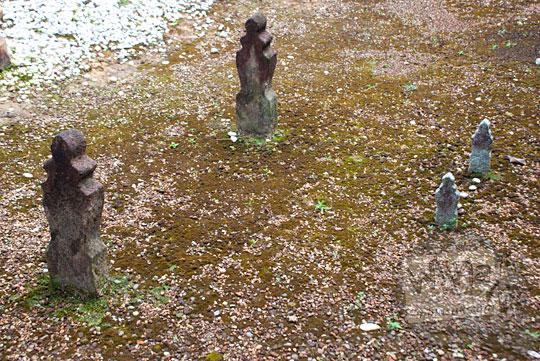 asal-usul bentuk penampakan dua nisan melayu kuno untuk wanita perempuan dan anak-anak yang terdapat di situs sejarah Makam Merah dekat kantor dinas pariwisata lingga pada April 2016