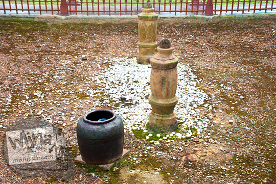 mitos cerita mistis hal janggal kendi tempayan air tidak pernah kering yang letaknya dekat nisan tua di situs sejarah Makam Merah peninggalan Kesultanan Lingga pada April 2016