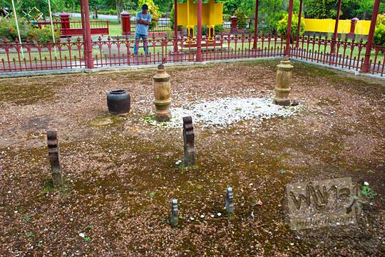 hamparan tanah makam kuburan Yang Dipertuan Muda Riau X Raja Muhammad Yusuf Al Ahmadi beserta permaisuri dan anak kecilnya di situs sejarah Makam Merah peninggalan Kesultanan Lingga pada April 2016