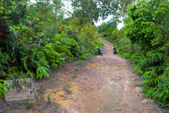 akses jalan tanah padas rusak menuju Benteng Bukit Cening Lingga pada April 2016