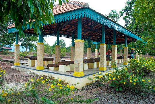 wujud penampakan fasad bangunan pelindung koleksi meriam peninggalan Belanda di Benteng Bukit Cening Lingga pada April 2016