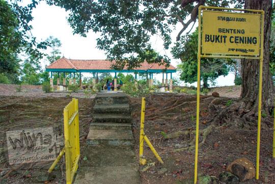 penampakan gerbang masuk dan papan nama situs cagar budaya melayu Benteng Bukit Cening Lingga pada April 2016