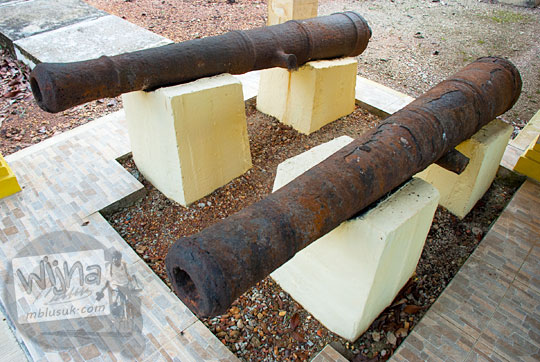 koleksi benda sejarah meriam kecil Kerajaan Belanda di Benteng Bukit Cening Lingga pada April 2016