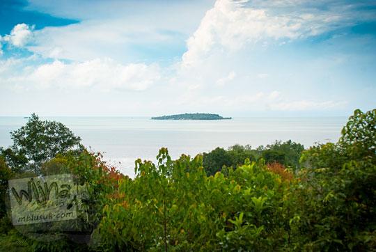 pemandangan pulau selat kolombok dari gardu pandang Benteng Bukit Cening Lingga pada April 2016