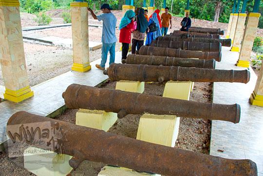 susunan meriam Kesultanan Lingga yang terdapat di Benteng Bukit Cening Lingga pada April 2016
