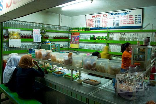 tempat tongkrongan wanita dan cewek jilbab cantik di Depot Es Semanggi di Magelang