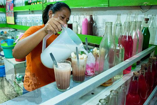 Mbak wanita bartender meracik minuman warna-warni pesanan pelanggan di Depot Es Semanggi di Magelang tahun 2016