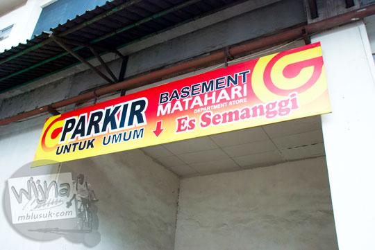 Papan nama Depot Es Semanggi di Magelang menyatu dengan papan petunjuk parkir basement Matahari di tahun 2016