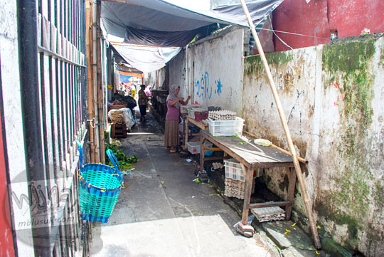 Mencari jenang blendong yaitu jajanan pasar khas Magelang di Pasar Tukangan, Jl. Tidar, Magelang pada tahun 2016