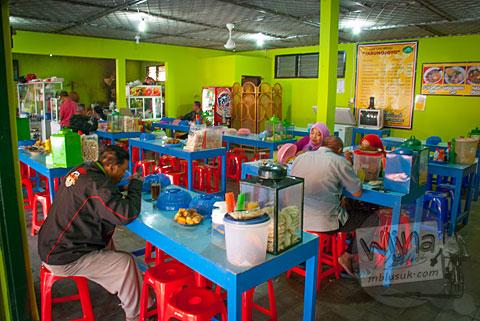 Foto suasana rumah makan Soto Sapi Tarunojoyo Prambanan di tahun 2015