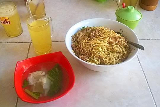 Penampakan wujud Mie Ayam Palembang Afui porsi monster dengan kuah pangsit seharga Rp23.000 di warung belakang kampus Atmajaya, Tambak Bayan tahun 2016