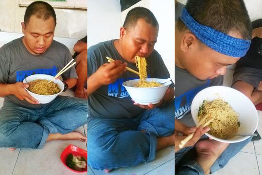 Foto orang gendut sedang mencoba makan menghabiskan Mie Ayam Palembang Afui porsi Monster (harga Rp23.000) di warung belakang kampus Atmajaya Yogyakarta