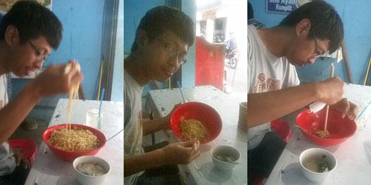 Pengunjung berusaha menghabiskan Mie Ayam Palembang Afui porsi super pangsit