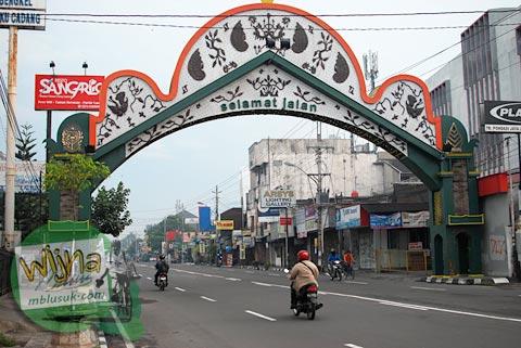 gapura perbatasan kota yogyakarta dan sleman di jalan magelang pada tahun 2015