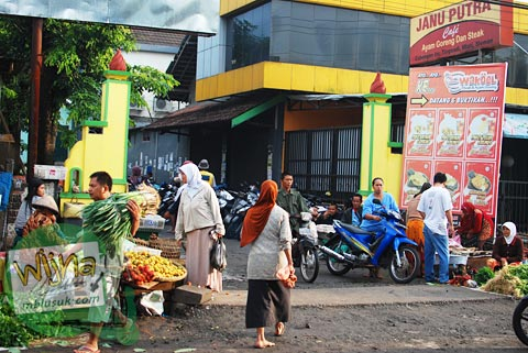 suasana depan pasar tradisional cebongan, Mlati, Sleman, Yogyakarta