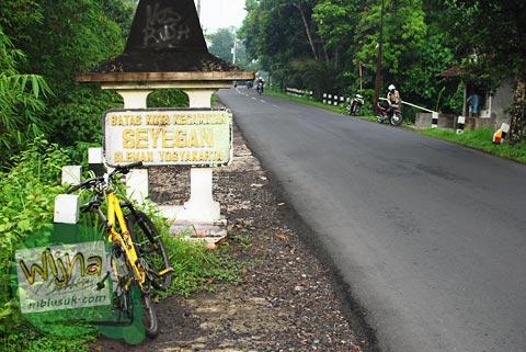 patok batas kecamatan seyegan di jalan kebonagung