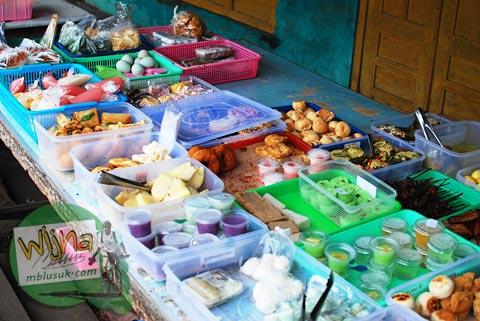 penjual jajanan tradisional khas sleman, yogyakarta