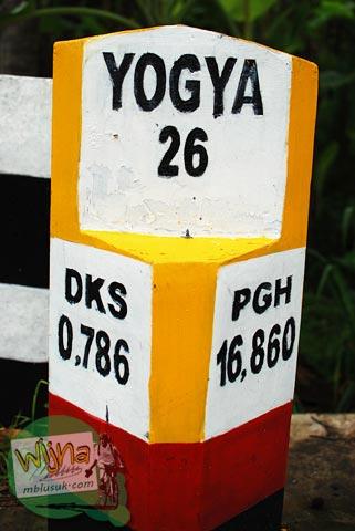 patok kilometer jarak jalan dari perempatan dekso ke pusat kecamatan samigaluh, Kulon progo, Yogyakarta
