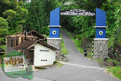 gapura monumen rumah sandi indonesia di Girimulyo, Kulon Progo searah ke Gua Sriti