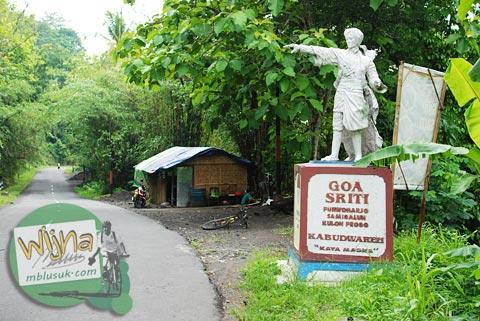 patung pangeran diponegoro di pinggir jalan raya samigaluh arah ke gua sriti
