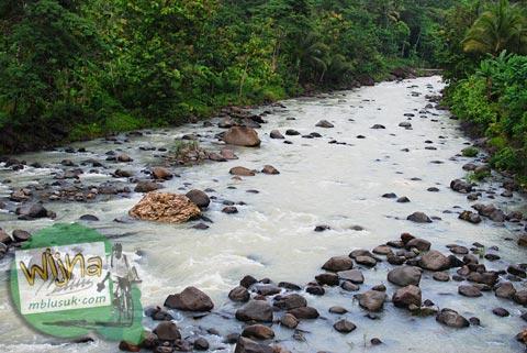 sungai tinalah di Kulon Progo saat debit airnya naik banjir