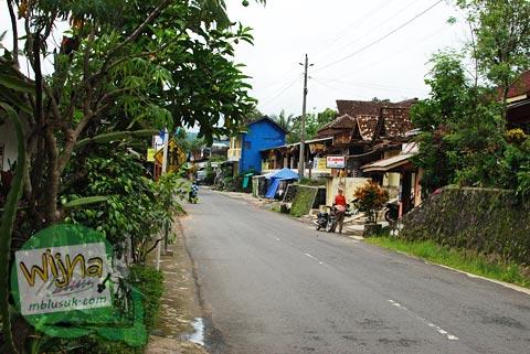 suasana di pinggir jalan raya di desa Gerbosari, Samigaluh, Kulon Progo