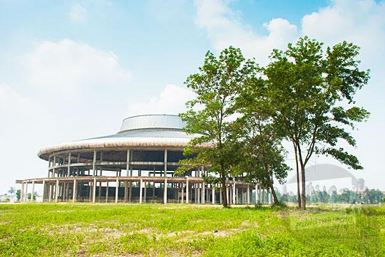 Salah satu arena yang pembangunannya terhenti di kawasan Stadion Utama Riau Pekanbaru yang terbengkalai dan tidak terawat