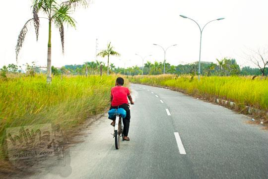 Warga Pekanbaru bersepeda di dalam kawasan Stadion Utama Riau Pekanbaru yang terbengkalai dan tidak terawat