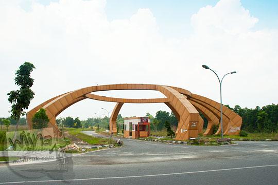 Salah satu gerbang masuk ke kawasan inti Stadion Utama Riau yang terbengkalai dan jadi tempat nongkrong anak jalanan Pekanbaru.