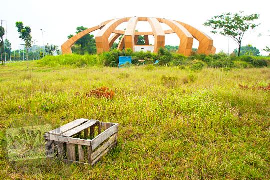 Kotak-kotak kayu di lapangan di kawasan Stadion Utama Riau Pekanbaru yang terbengkalai dan tidak terawat