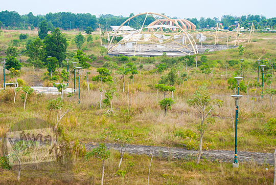 Lapangan bersantai pengunjung di kawasan Stadion Utama Riau Pekanbaru yang terbengkalai dan tidak terawat