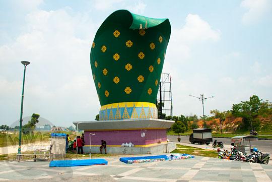 Monumen kopiah adat tutup kepala tradisional pria di halaman luar Stadion Utama Riau Pekanbaru yang terbengkalai dan tidak terawat