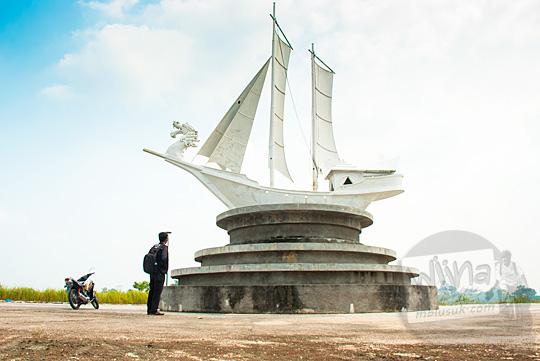 Monumen perahu tradisional Riau yang ada di kawasan inti Stadion Utama Riau Pekanbaru