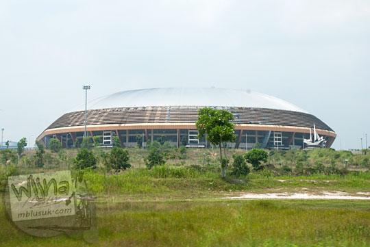 Wujud mengenaskan Stadion Utama Riau di Pekanbaru yang terlantar dari kejauhan mirip seperti benda UFO.