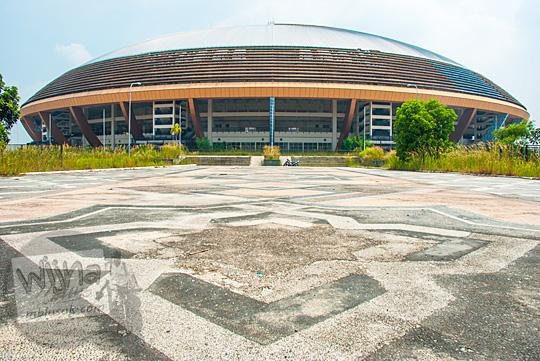 Kondisi Stadion Utama Riau di Pekanbaru yang mengenaskan terlantar tidak dipakai.