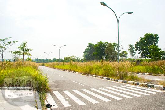 Salah satu sudut jalan di dalam kawasan Stadion Utama Riau Pekanbaru yang terbengkalai dan tidak terawat