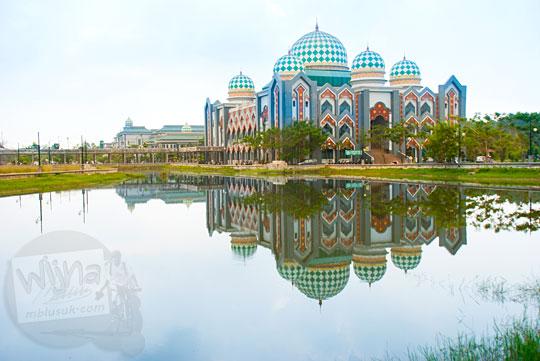 relfeksi bayangan gedung di danau angker di Kampus UIN Sultan Syarif Kasim, Pekanbaru, Riau pada tahun 2016