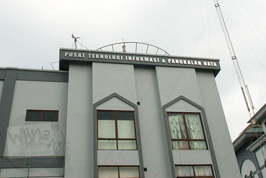 Tampak bangunan lantai 3 jendela gedung PTIPD di Kampus UIN Sultan Syarif Kasim, Pekanbaru, Riau pada tahun 2016