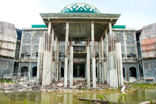Tampak depan masjid Kampus UIN Sultan Syarif Kasim, Pekanbaru, Riau yang masih dalam tahap pembangunan pada tahun 2016