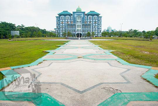 pemandangan lapangan di depan gedung pusat kantor rektor Kampus UIN Sultan Syarif Kasim, Pekanbaru, Riau pada tahun 2016