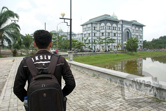 tampak belakang mahasiswa UIN Sultan Syarif Kasim, Pekanbaru, Riau yang memakai jaket hitam pada tahun 2016
