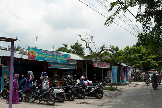 Kawasan kos mahasiswi cantik di sepanjang Jalan Buluh Cina Panam dekat Kampus UIN Sultan Syarif Kasim, Pekanbaru, Riau pada tahun 2016