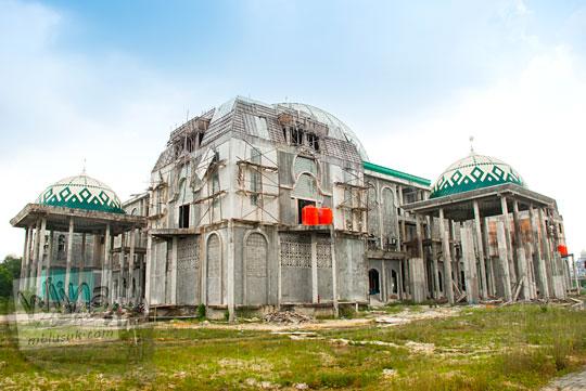 Proyek pembangunan Masjid Kampus UIN Sultan Syarif Kasim, Pekanbaru, Riau yang mangkrak pada tahun 2016