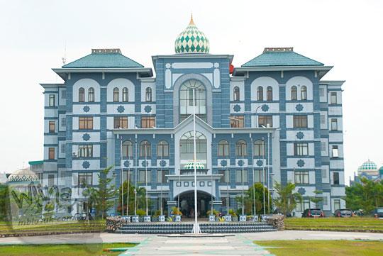 tampak depan bangunan gedung pusat Kampus UIN Sultan Syarif Kasim, Pekanbaru, Riau tempat kantor rektor pada tahun 2016