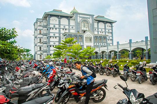 parkiran motor mahasiswa di Kampus UIN Sultan Syarif Kasim, Pekanbaru, Riau dekat gedung pusat pada tahun 2016