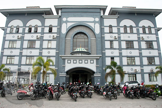 tampak depan bangunan gedung perpustakaan pusat di Kampus UIN Sultan Syarif Kasim, Pekanbaru, Riau pada tahun 2016