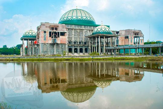 refleksi pantulan bangunan Masjid Kampus UIN Sultan Syarif Kasim, Pekanbaru, Riau yang belum jadi di danau kampus pada tahun 2016