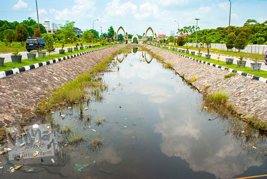 selokan kanal genangan air rawa gambut di dekat plang nama Kampus UIN Sultan Syarif Kasim, Pekanbaru, Riau pada tahun 2016