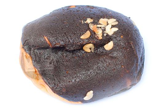 wujud fisik roti cokelat moista bakery yang berlapis taburan cokelat